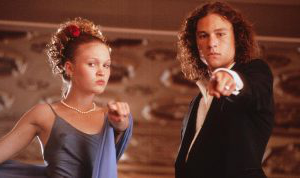 Heath Ledger and Julia Styles pose for a photo while on the set of 10 Things I Hate 关于 You. (Touchstone Pictures)